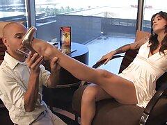 همسر بالغ شاخی لباس زیر و جوراب دانلود فیلم سسکی ساق بلند و خوبی را به تن می کند و حاضر است همسرش را لعنتی کند