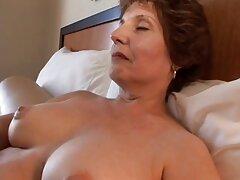 جوراب ساق بلند نقش مهمی در فیلم سسکی داغ رابطه جنسی جنسی لزبین ایفا می کند