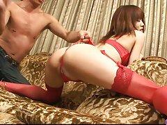 نوک انگشتان زن جوان ژاپنی را لکه دار فلیم سسکی کرد و دیک را برای مکیدن داد