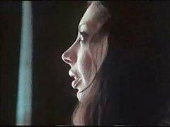 یک دختر جوان کانال فیلم سسکی یک خروس نر ایستاده را ماساژ داده و خار می کند