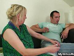 همسر بالغ آبنوس در کرست شوهر را اغوا می کند تا در رختخواب لعنتی فیلم خارجی سسکی کند