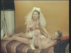 زن خانه دار بالغ بیدمشک خود را بر روی یک آلت تناسلی بزرگ کلیپ سسکی سیاه می کند