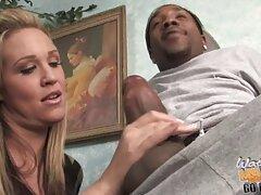 او ویدیو سسکی یک پورن استار سیاه را زین کرد و مانند یک زن او را لعنتی کرد