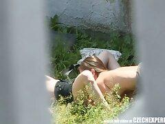 یک زن سیاه سیاه بالغ زیبا قهوه نوشید و پاهای خود را جلوی آلت تناسلی فیلمهای سسکی مرد پخش کرد.
