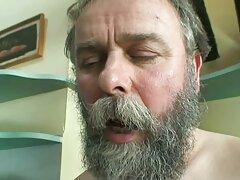 همسر بالغ با مکیدن او شوهر عضلانی را اذیت می کند و فلیم سسکی از پشت سرش لعنتی سخاوتمندانه می شود