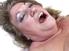 بلوند بی تجربه جوان سلب شد و بیدمشک فیلم سوپر سسکی خود را روی یک خروس کشید