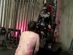 بلوند جوان الاغش را روغن کرده و داخل مقعد دمیده فیام سسکی است