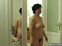 دختر جوان با اسباب بازی های جنسی مورد علاقه فیلم سسکی باحال خود بازی می کند