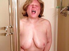واژن از نزدیک یک ویبراتور صورتی رنگ گرفته فیلم سسکی جدید و با خشونت cums می کند